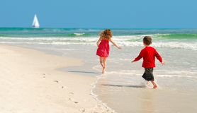 Strand-Brandung und Urlauber Lizenzfreie Stockfotos