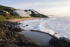 Strand-Bucht bewegt Strand-Wohnungen wellenartig Stockfoto
