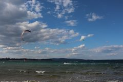 strand bulgaria Surfa för drake konkurrensar som dyker pölsportar som simmar vatten Royaltyfri Bild