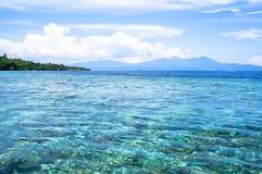 Strand in Bunaken-Insel in Madnado, Nord-Sulawesi stockfotos