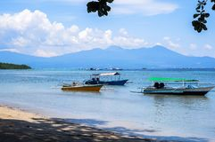 Strand in Bunaken-Insel in Madnado, Nord-Sulawesi lizenzfreies stockbild