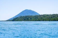 Strand in Bunaken-Insel in Madnado, Nord-Sulawesi lizenzfreie stockfotografie