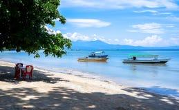 Strand in Bunaken-Insel in Madnado, Nord-Sulawesi stockfotografie