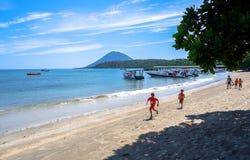Strand in Bunaken-Insel in Madnado, Nord-Sulawesi lizenzfreie stockbilder