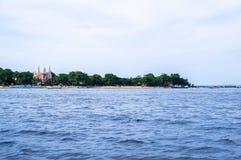 Strand in Bunaken-Insel in Madnado, Nord-Sulawesi lizenzfreies stockfoto