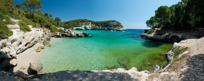 Strand Calas Mitjaneta in Menorca, Spanien Stockbilder