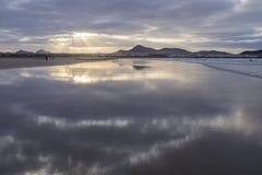 Strand Caleta de Famara Famara in Lanzarote, Kanarische Insel in Spanien lizenzfreie stockbilder