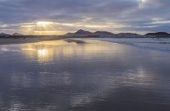 Strand Caleta de Famara Famara in Lanzarote, Kanarische Insel in Spanien lizenzfreies stockbild