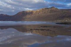 Strand Caleta de Famara Famara in Lanzarote, Kanarische Insel in Spanien stockbilder