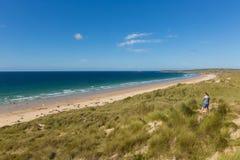 Strand Cornwall UK för St Ives Bay med folk Royaltyfri Bild