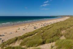 Strand Cornwall UK för St Ives Bay med folk och blå himmel och hav Royaltyfri Foto