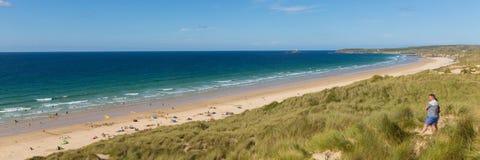 Strand Cornwall UK för St Ives Bay med folkpanoramautsikt Arkivfoton