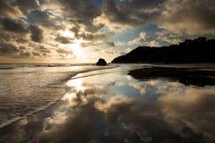 Strand in Costa Rica met perfecte bezinning Stock Afbeeldingen