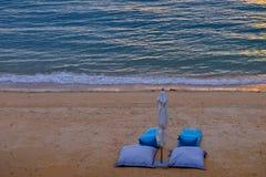 Strand-Coucheinstellung mit zwei Blau auf dem Strand stockfotos