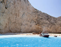 Strand dat door hoge klippen wordt omringd Royalty-vrije Stock Foto
