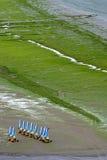 Strand dat met landjachten vaart in Heilige Michel-Engels-Grève (Bretagne) Stock Fotografie