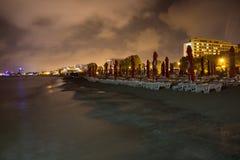 Strand in de nacht stock foto's