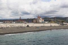 Strand in de toevluchtregeling van Adler dichtbij het Park van Sotchi Stock Foto's