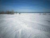 Strand in de winter in Siberië Sneeuw en ijs op het overzees royalty-vrije stock afbeeldingen