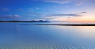 Strand an der blauen Stunde stockfotografie