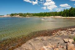 Strand an der Bucht und an der Yacht Stockfoto