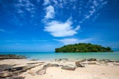 Strand, der eine kleine Insel vor Thailand übersieht Stockbild
