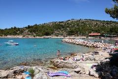 Strand in der kroatischen Rücksortierung Stockbilder