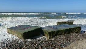 Strand der Ostseeküste bei Wustrow Alter Bunker des zweiten Weltkriegs in den Wellen stock video
