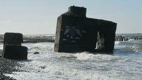 Strand der Ostseeküste bei Wustrow Alter Bunker des zweiten Weltkriegs in den Wellen stock footage