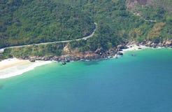 Strand dichtbij een tropisch bos Stock Fotografie