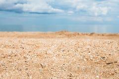 Strand dichte omhooggaande en witte wolken over blauwe overzees Royalty-vrije Stock Foto's
