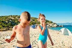 Strand die jonge geitjesenergie eten Royalty-vrije Stock Afbeeldingen