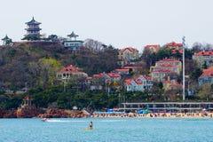 Strand die, Qingdao, Shandong-Provincie op de oostkust van China surfen royalty-vrije stock foto