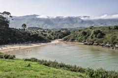Strand door bergen in een Asturisch landschap wordt omringd dat royalty-vrije stock afbeeldingen