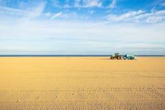 Strand door een tractor wordt schoongemaakt die royalty-vrije stock foto's