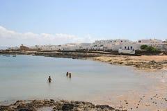 Strand in dorp op Canarische Eilanden stock afbeeldingen