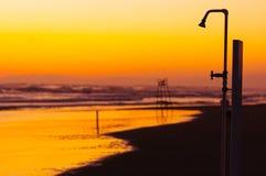 Strand-Dusche lizenzfreie stockfotos