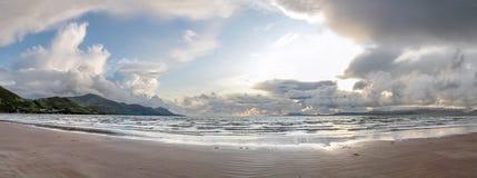 Strand efter stormen Arkivfoto