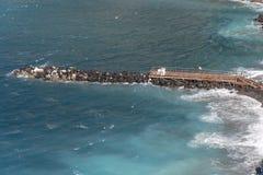 Strand, eind van het zwemmen seizoen in Sorrento Concrete die blokken als overzeese defensie in Italië worden gebruikt stock afbeelding