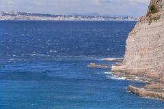 Strand, eind van het zwemmen seizoen in Sorrento Concrete die blokken als overzeese defensie in Itali? worden gebruikt royalty-vrije stock afbeeldingen