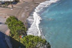 Strand, eind van het zwemmen seizoen in Sorrento Concrete die blokken als overzeese defensie in Itali? worden gebruikt royalty-vrije stock afbeelding