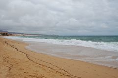 Strand an einem bewölkten Tag Lizenzfreies Stockbild