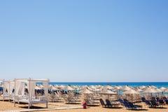 Strand an einem sonnigen Tag Stockbild