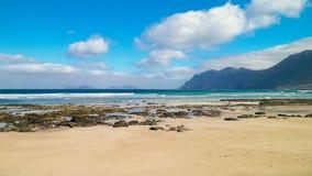 Strand en bergen - mooie kust in Caleta DE Famara, Lanzarote Canarische Eilanden Het strand in Caleta DE Famara is zeer populair royalty-vrije stock afbeeldingen