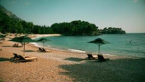 Strand en beroemd eiland Sveti Stefan in Montenegro Royalty-vrije Stock Afbeeldingen