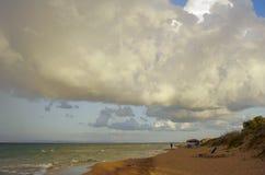 Strand en betrokken hemel Stock Foto