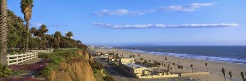 Strand en blauwe hemel stock afbeelding