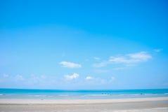Strand en blauwe hemelachtergrond stock afbeeldingen