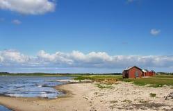 Strand en botenhuis in Zweden. Stock Foto's