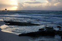 Strand en golven bij zonsopgang op Riviera Maya Stock Fotografie